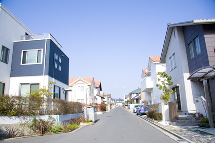 モダンな住宅地と青空